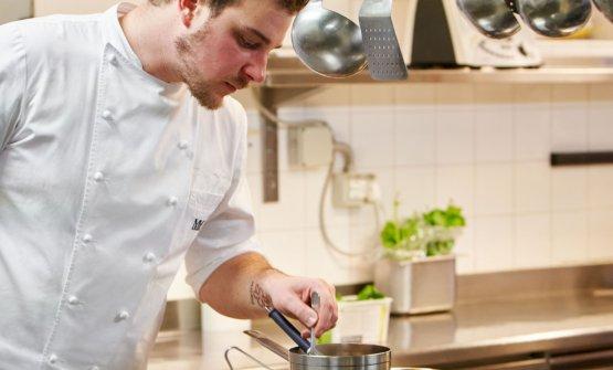 Matteo Metullio è natoa Trieste nel 1989. Con il suo lavoro aLa Siriola di San Cassiano è diventato il più giovane chef italiano a ricevere due stelle Michelin. Dal 24 aprile curerà una consulenza per l'Hotel affacciato su piazza Unità d'Italia a Trieste