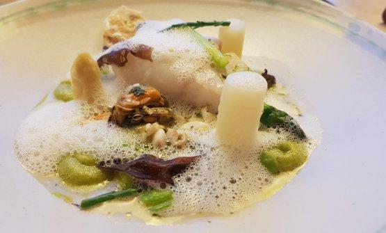 Baccalà cotto sottovuoto con asparagi, fagioli di soia, schiuma di asparagi e molluschi, da ONE
