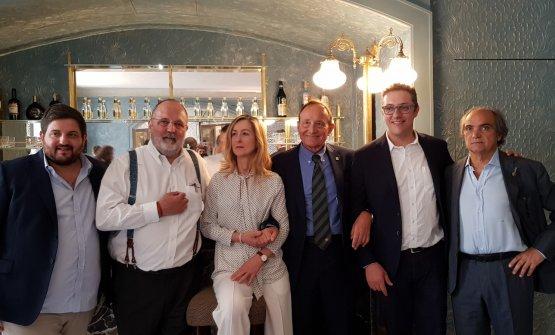 Paolo Petroni, quarto da sinistra, con i premiati. Da sinistra Cristoforo Trapani, Paolo Marchi, Michela Berto, Fabrizio Galla e Davide Paolini
