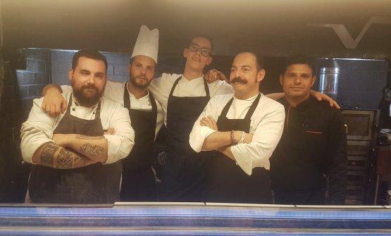 Lo chef Vincenzo del Vecchioassieme alla brigata