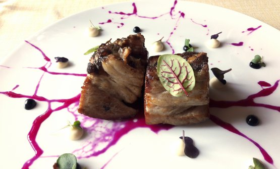 Pancia di vitellino marinata all'aglio nero, barbabietola e sedano rapa