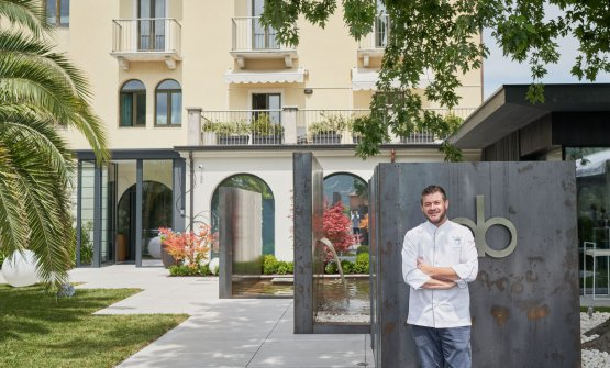 Peter Brunel davanti al suo nuovo ristorante, appe