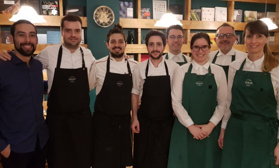 Toni Romero (secondo da sinistra) con lo staff di
