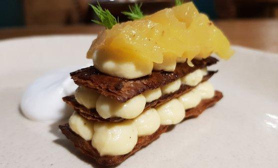 Pasta sfoglia con ananas, crema alla vaniglia di Tahiti e Armagnac. Sfoglia un po' troppo tostata ma come non applaudire un dessert così delizioso? Pasta sfoglia e frutta! E quel tocco di alcol che migliora tutto. Un dessert eccellente