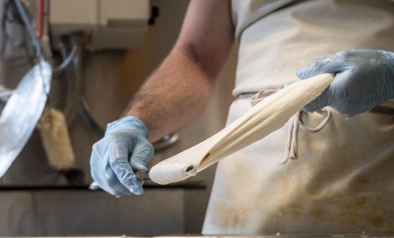 La lavorazione della mozzarella a El Brite de Larieto