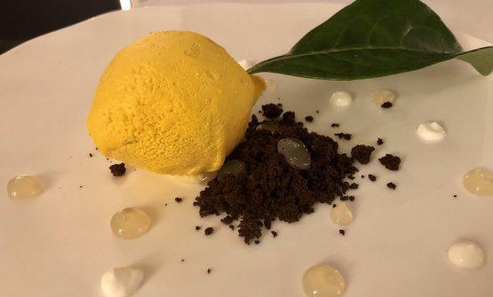 Limone: ganache di cioccolato bianco, cuore di limone liquido, gel di verbena, polvere di cioccolato