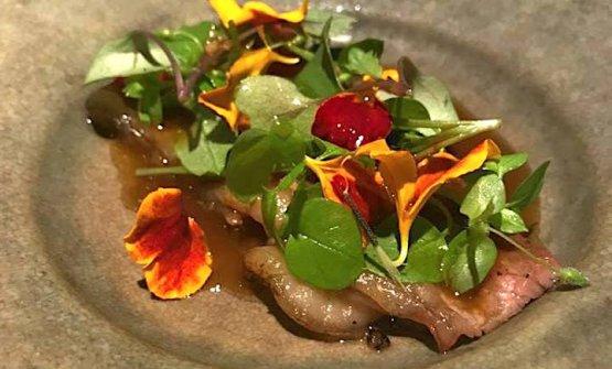 Un nuovo piatto del Maaemo:Costata glassata al miso con purea di porcini, aglio nero, salsa di midollo affumicato,insalatina stagionale