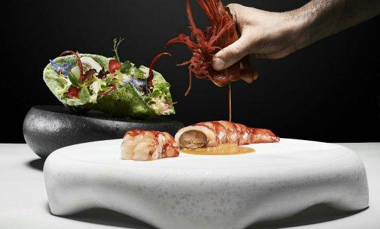Gambero carabiniere, animelle glassate, croccante alle alghe con insalatina aromatica
