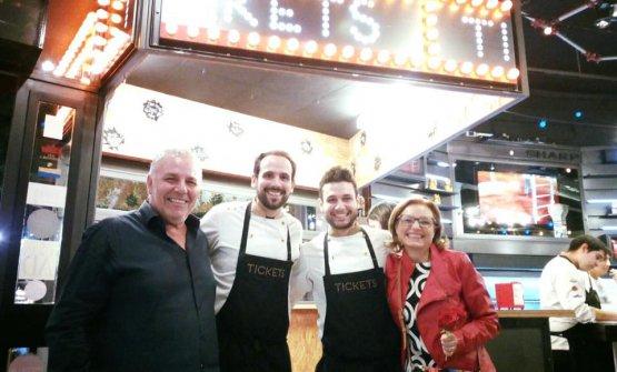 Papà e mamma Izzo con Maicol e lo chef di Tickets,Fran Agudo