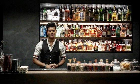 Bancone cocktail col bartender Joynul Islam