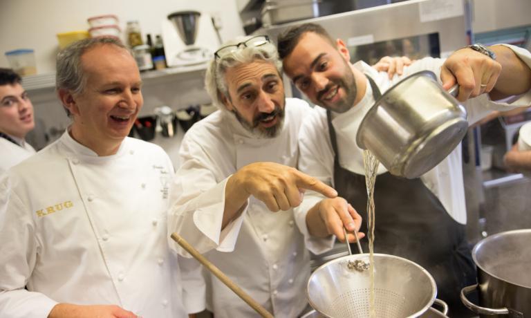 Tre degli chef promotore de LeAlture: da sinistra, Davide Botta, Leandro Luppi e Alberto Basso. L'evento è organizzato per raccogliere fondi che dovranno finanziare una borsa di studio per studenti dell'Alberghiero, intitolata alla memoria di Stefano Leonardi, socio e amico di Basso