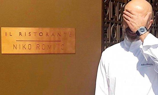 Niko Romito fotografato di fronte all'ingresso del suo nuovo ristorante al Bulgari di Dubai. Il sole picchia...