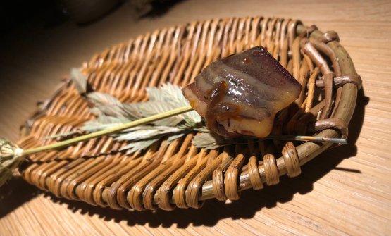 Pickled partridge egg Uova di pernice pickled. Le uova sono state preservate dall'estate precedente e messe sottaceto conbacche di sambuco, un'aggiunta salsa di tuorlo d'uovo che conferiscecremosità, prosciutto di petto d'anatra fatto in casa eburro speziato. Lo spiedino è ricavato da unfiore di carote. Un assaggio di pronunciataacidità
