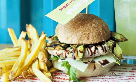 L'hamburger Pesopiuma:tacchino, zucchine grigliate, rughetta, grana in scaglie e salsa all'aceto balsamico