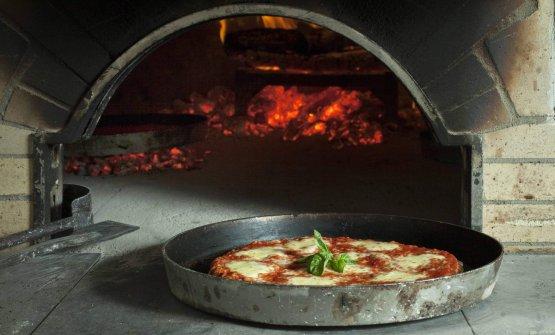 La pizza di Manforte viene cotta nel forno a legna