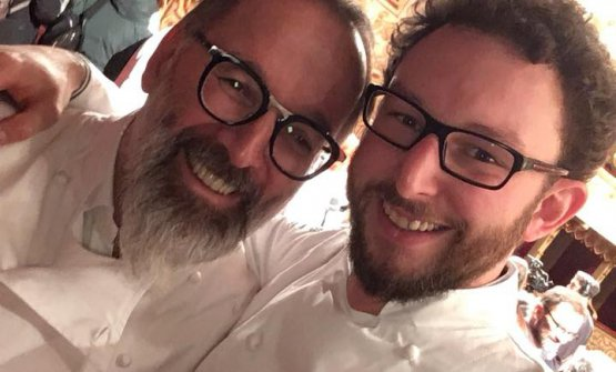 Longhini con il suo maestro Niederkofler alla recente premiazione della Michelin, che li ha visti protagonisti