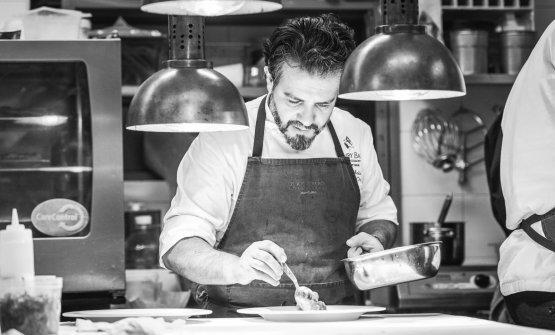 Claudio Melis al lavoro nella cucina del suo risto