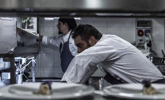 Felix Lo Basso mentre cucina per PizzAut