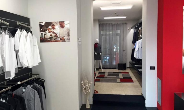 Un'immagine del primo negozio italiano Bragard, a Milano in via Fabio Filzi, 5