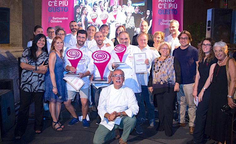 Foto di gruppo di vincitori, giuria e organizzatori