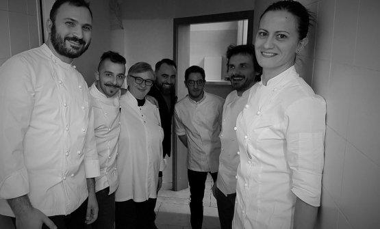 Una foto di una recente cena al Pashà, con ospiti: da sinistra Remo Capitaneo, Maria Cicorella, Antonello Magistà, Giuseppe De Lucia, Antonio Zaccardi e Angelia Giannuzzi