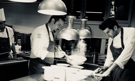 Lo chef Valentino Palmisano al lavoro nelle cucine del Vespasia