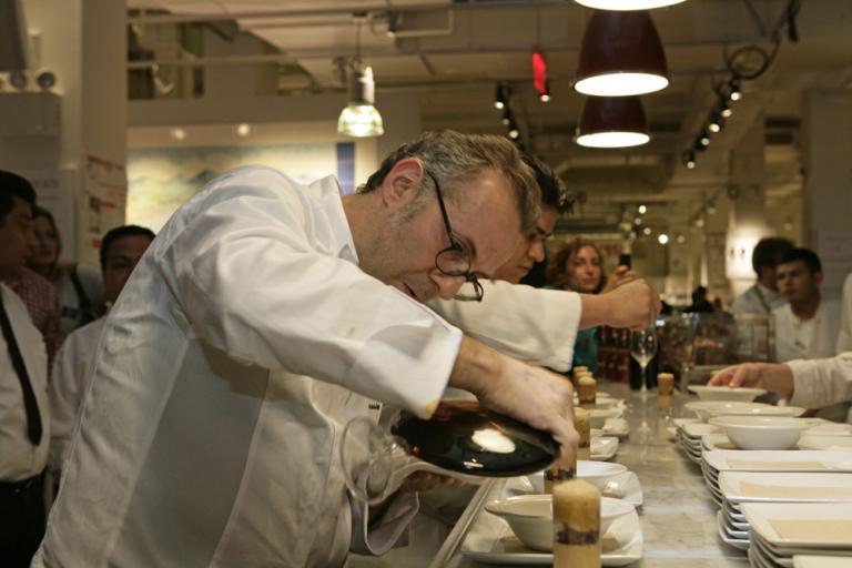 La preparazione della 'Compressione di pasta e fagioli' di Massimo Bottura