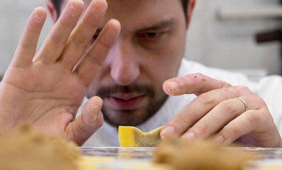 Alberto Gipponi e il suo Casoncello crudo ma cotto. Lo chef ha aperto da pochi mesi il suo ristorante Dina a Gussago (Brescia)
