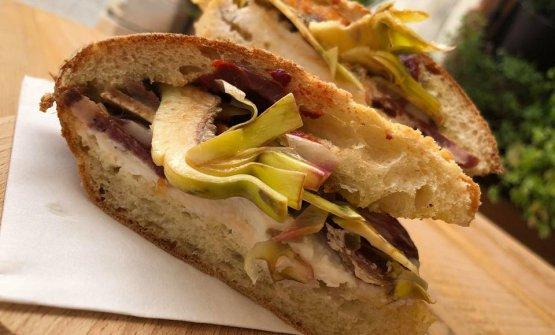 Un altro panino di Unetto:Carciofi, salsiccia pasqualora, astrattu, ricotta, acciughe di Aspra, pepe di Sichuan, olio alla carbonella