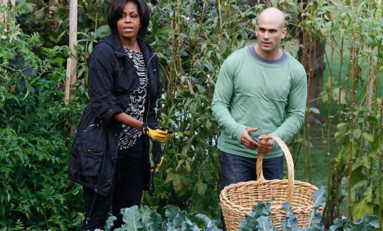 Michelle Obama e Sam Kass nell'orto della Casa Bianca (foto Charles Dharapak/Associated Press)