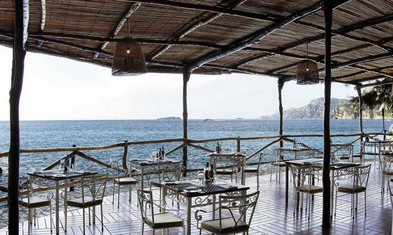 Il Carlino, il ristorante a pel d'acqua dell'hotel San Pietro. Il nome si deve al fondatore della struttura, Carlino Cinque, nonno dell'attuale proprietario Vito Cinque