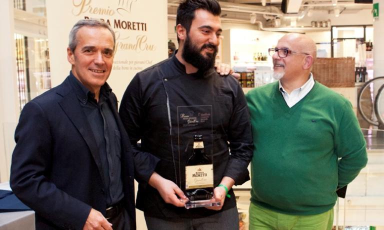 Davide Del Duca dell'Osteria Fernanda di Roma stretto tra Alfredo Pratolongodi Heineken Italia e Claudio Sadler, presidente della giuria del Premio Birra Moretti Grand Cru
