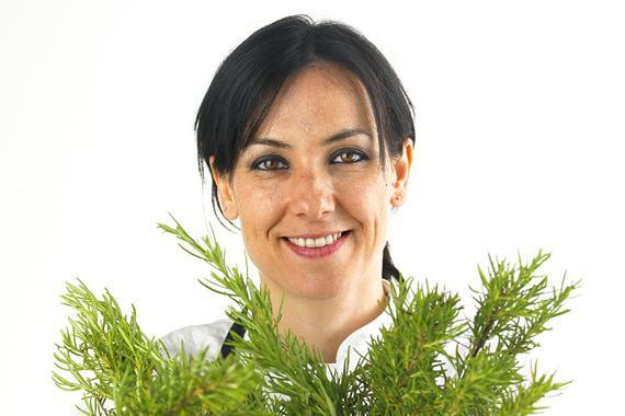 Laureata in Scienze della comunicazione al'Università di Bologna, Emanuela Tommolini è dal 2009 cuoca naturale all'Osteria Esprì di Colonnella in Abruzzo, aperta insieme a Fabio De Cristofaro