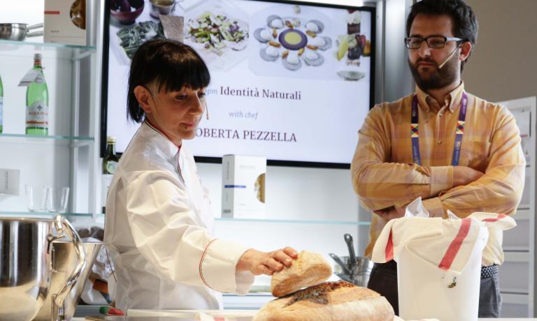 Roberta Pezzella con Niccolò Vecchia durante la lezione, poche ore fa a Identità Naturali, sezione di Identità Expo