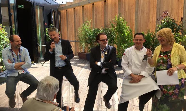 La presentazione del nuovo chef che cucinerà al Café des Chefs fino al 3 luglio: da sinistra, Arnaud Poissonnier di Babyloan, Christophe Guerin di GL events (che organizza ilBocuse d'Or), il sommelier Philippe Faure-Brac, lo chef François Adamski e la vulcanica Barbara Lovato, responsabile ufficio stampa di Atout France