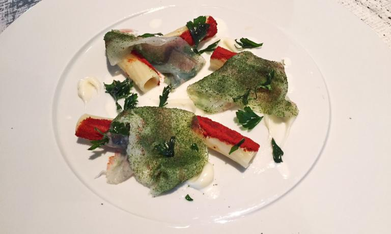 """Il piatto preparato da Monosilio, una sua versione della classica """"aglio olio e peperoncino"""" con Rigatoni Felicetti monograno Khorasan"""