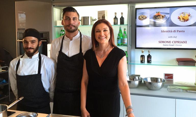 Simone Cipriani, al centro, tra il suo sous chef Giuseppe Fuzio ed Eleonora Cozzella, che ha presentato l'appuntamento