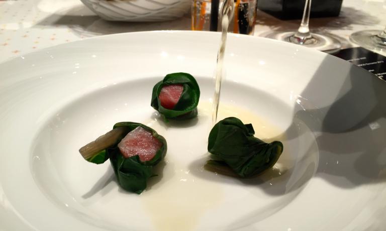 Il brodo di katsuobushi innaffia la ventresca di tonno