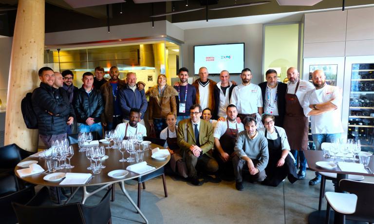 Ribaldone, con il suo sous chef Domenico Schingaro, insieme a Ferrero e i detenuti che partecipano al progetto di panificazione curato da Pausa Cafè