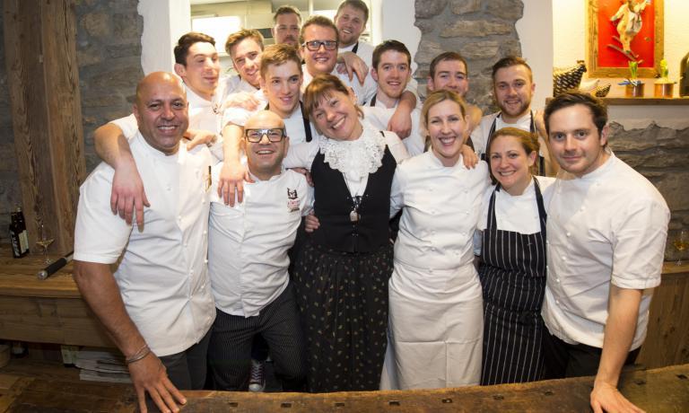 Gli chef al Mountain Gourmet Ski Experience: in primo piano, a sinistra è Sat Bains, mentre Clare Smyth è la terza da destra