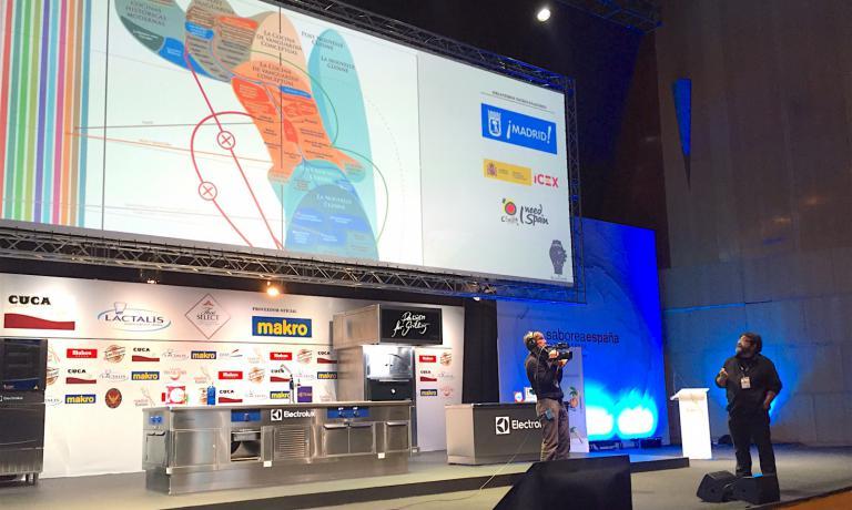 """Quico Sosa durante il suo intervento a Madrid, mentre espone un complesso grafico che rappresenta le diverse """"età della cucina"""""""