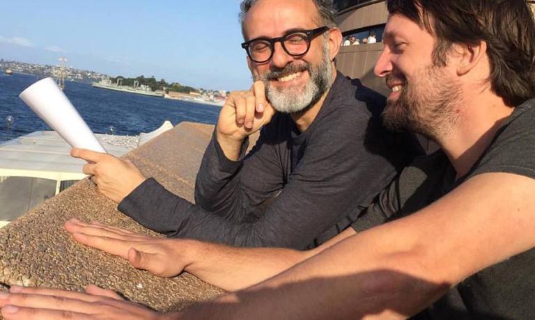 Massimo Bottura e Rene Redzepi posano all'Opera House di Sydney (fotoLara Gilmore)