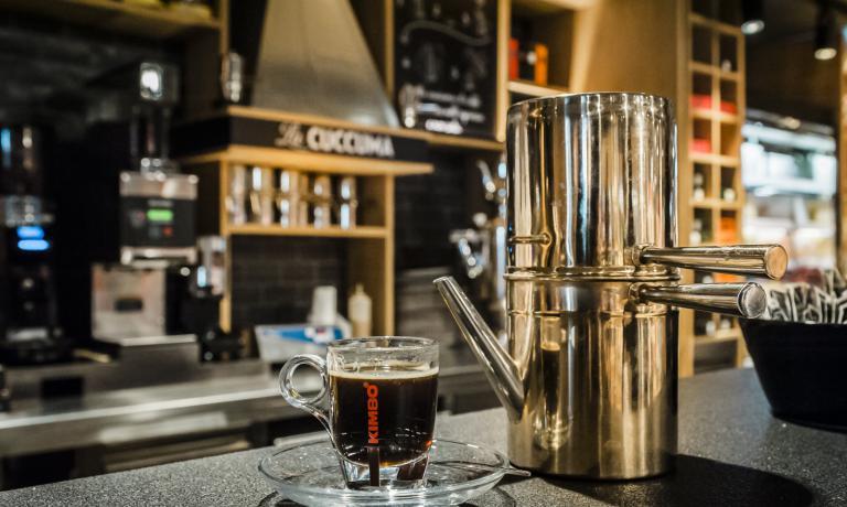 Il caffé dalla tradizionale cuccuma napoletana