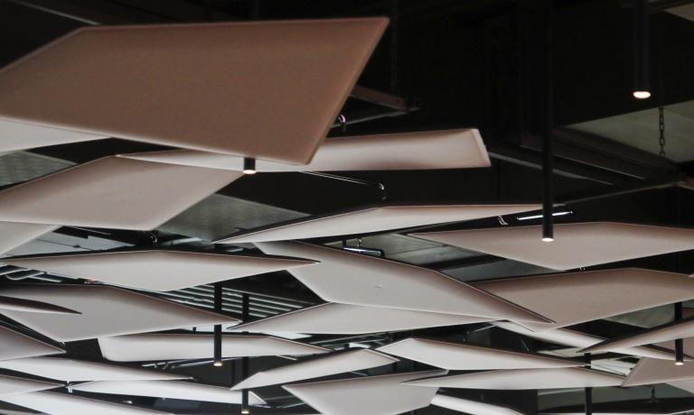 Flap di Caimi,originale sistema di pannelli fonoassorbenti disegnato da Alberto e Francesco Meda