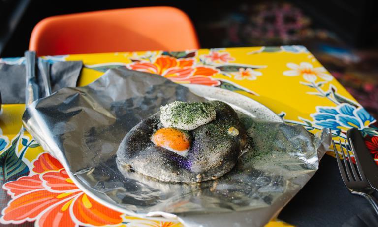 Ricci di mare salati, pane al nero di seppia e rosso d'uovo al forno (foto Eater London)
