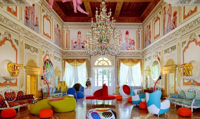 Hotel o museo d'arte contemporanea? Il salone del Byblos Art Hotel