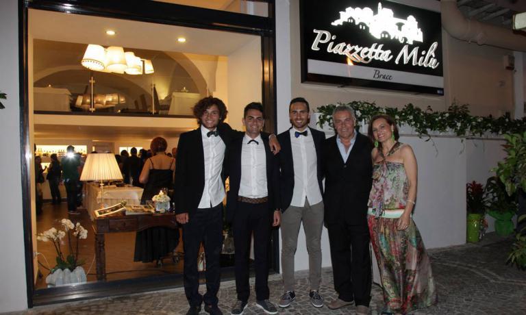 La famiglia Izzo al gran completo: Maicol, Valerio, Emanuele, Michele e Lucia Di Somma