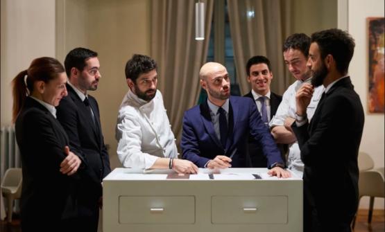 Ai lati del maître, vestiti di bianco,i due chef di Contraste, Matias Perdomo e Simon Press. I tre lavoravano già assieme ai tempi del Pont de Ferr