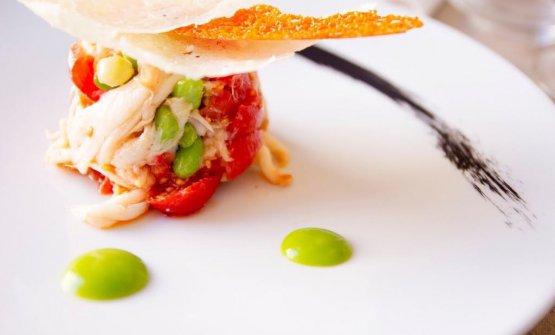 Insalatina di pesce razza con pomodorino, fave verdi, basilico e cialda al formaggio