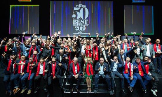 Victor Arguinzoniz è molto riservato. Qui, alla recente premiazione dei 50Best 2019 a Singapore, nella foto finale di gruppo: è seduto in primo piano, sulla scala, tra Joan Roca eAna Roš(foto The World's 50 Best Restaurants)
